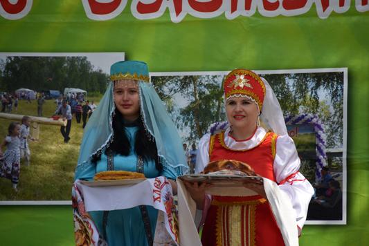 Девушки в национальных татарском и русском костюмах